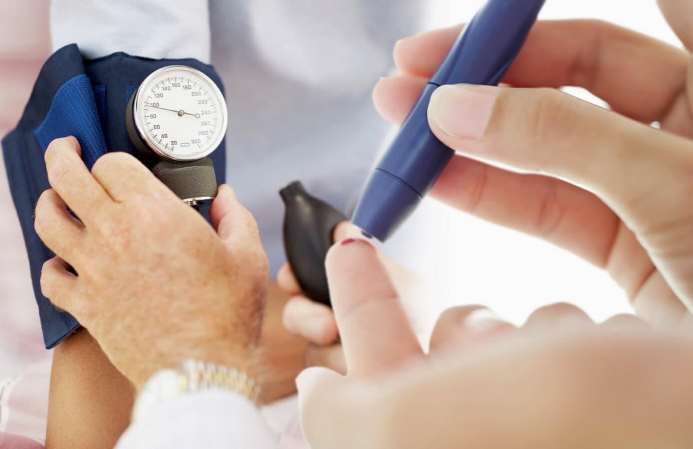 Thử tiểu đường bằng máy đo đường huyết