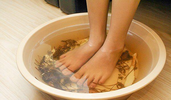 Ngâm chân bằng nước ngải cứu trị bệnh