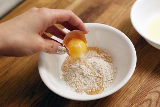 Mặt nạ cám gạo với lòng trắng trứng gà